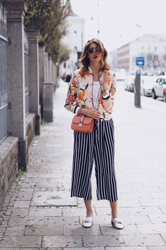 Summer fashion: striped culotte, bomber jacket with flowers, Valentino Rockstude and satin slippers. Culotte Style, Fashion Mode, Fashion Outfits, Heutiges Outfit, Culottes Outfit, Summer Outfits, Casual Outfits, Cooler Look, Urban Fashion Women