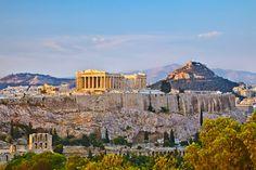 #Grece #Athenes doit une partie de son existence à l'Acropole, certainement le plus grand site antique de notre civilisation. Peu importe l'endroit où vous vous situez dans la capitale grecque, vous apercevrez l'Acropole juchée sur sa célèbre colline.  Son joyau, le Parthénon, est un chef d'œuvre d'élégance et d'harmonie. Pour atteindre une forme parfaite, ses lignes furent incurvées afin de corriger les illusions d'optique. http://vp.etr.im/a0d4