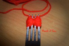 #Fiocchetto in #lana semplice e veloce da realizzare, unico strumento di lavoro è una #forchetta. Il #tutorial per realizzarlo:http://raggiodisolecreazioni.blogspot.com/2014/12/uso-light-della-forchetta.html #natale #raggiodisole #handmade