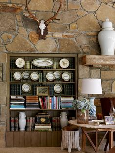 James T Farmer interior design southern style traditional classic timeless entertaining decorating books cozy homes historic antiques Mountain House Decor, Mountain Houses, Bookcase Styling, Bookshelf Design, Southern Style, Southern Charm, Traditional House, Traditional Decorating, Rustic Interiors