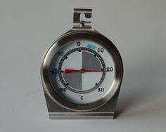 Das Thermometer. Die Thermometer.  Dieses runde Thermometer zeigt 21 Grad Celsius an. Das ist eine sehr angenehme Temperatur.