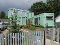 약 185제곱미터(약 60평)대지에 재활용된 운반용 컨테이너를 이용한 실험적인 주택을 소개한다.