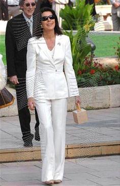 Carolina de blanco y con un bolso muy original