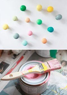 DIY: Painted Drawer Pulls; colorare pomoli di legno