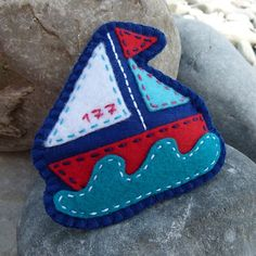 Sailboat Fleur Julie B.cz: Brooch from the collection Water World. Is hand sewn from felt and greater plasticity filled hollow fiber. Wooly Bully, Felted Wool Crafts, Felt Christmas Ornaments, Toy Craft, Felt Fabric, Felt Diy, Felt Hearts, Felt Animals, Wool Felt