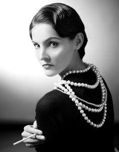 """Coco se convirtió en el prototipo de garçonne, símbolo de la mujer moderna, activa y liberada. No sólo transformó el tweed en tela destinada a los trajes de varones, en una pieza de vestir femenina, si no que el """"jersey"""", esa lanilla que se usaba para la ropa interior de los hombres, se convirtió en su mejor aliada."""