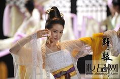 Hanfu:traditional Chinese costume. The actress is Liu Shishi.