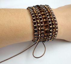 Bracelete confeccionado com fio marrom encerado, miçangas e cristais tchecos. Fechamento tipo cadarço. <br>Ajustável para pulsos de 15 a 18cm <br>Largura: 3,3 cm