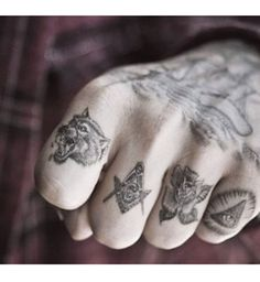 Tatouage sexy pour homme : les mini-tatouages sur les doigts