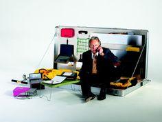 Winfried Baumann | H-3 Office |  Un business kit di sopravivenza in una valigia su ruote completata con una lampada, panelli solari, una scrivania e un sacco a pelo.