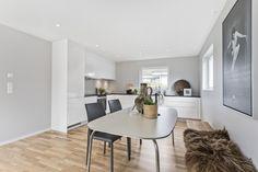 Nydelig kjøkken i behagelige farger Dining Bench, Furniture, Home Decor, Modern, Decoration Home, Table Bench, Room Decor, Home Furnishings, Home Interior Design