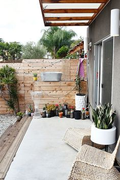 This tiny yard is filled with smart decorating ideas! Love the hanging planters, bistro lights, and Ikea lounge chairs Backyard Retreat, Backyard Landscaping, Outdoor Spaces, Outdoor Living, Outdoor Decor, Porches, Living Pool, Ideas Hogar, Los Angeles Homes