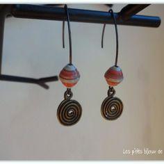 Boucles d'oreilles pendentifs perles en papier orangées et grises et breloque spirale