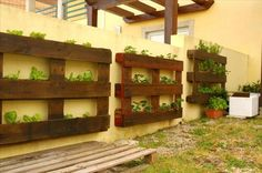 salad Vertical pallets used as planters on an outdoor wall in pallet garden diy pallet ideas with Vertical Planter Pallets. Plantador Vertical, Vertical Planter, Vertical Gardens, Tiered Planter, Pallet Home Decor, Diy Pallet Bed, Diy Pallet Projects, Pallet Ideas, Old Pallets