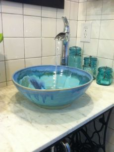Love to know the source for this vibrant vessel sink. Ceramic Sink, Ceramic Bowls, Ceramic Pottery, Ceramic Art, Coastal Bathrooms, Vessel Sink Bathroom, Bowl Sink, Bath Fixtures, Ceramic Design