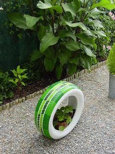 Coloca el neumático de pie. Recicla tus neumáticos viejos y conviértelos en originales maceteros y jardineras. #reciclar #neumáticos #jardineras