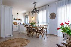 שקט, מצלמים: כך בוחרים בית לצילומי סדרות ופרסומות   בניין ודיור Dining Room, House Design, Interior Design, Eat, Table, Furniture, Home Decor, Home, Houses