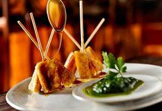 Espetinhos de queijo de coalho e melaço
