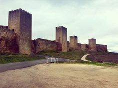 El Cerco de Artajona, la fortificación popular medieval más importante de la Zona Media de #Navarra. ¿Lo has visitado? (Foto: @gissellekm / Instagram) #historia #medieval