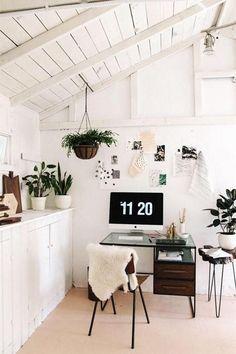 O que me chamou a atenção: a utilização do branco (amo!) e o design diferenciado dos móveis desse home office.