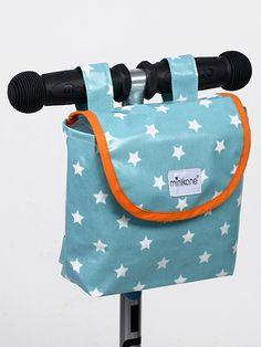 Sacs à guidons. Dimensions : 16cm x 17cm x 6cm. Universels, les sacs à guidons s'adaptent aussi bien aux trottinettes, vélos et draisiennes. Pratiques pour avoir les poches vides et les mains libres! On peut y ranger clés, goûter, DS, téléphone portable… Baby Couture, Couture Sewing, Sewing For Kids, Diy For Kids, Recycle Old Clothes, Diy Sac, Diy Bags Purses, Creation Couture, Dressmaking
