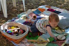 Aproximadamente 7 meses. Los bebés juegan con todo lo que tienen a su alcance, eso lo tenemos todos muy claro, pero es que además ... Picnic Blanket, Outdoor Blanket, Baby Play, Montessori, Toddler Bed, Classroom, Teaching, Diy, Baby Ideas