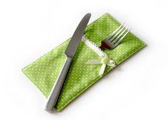 Du magst hübsch eingedeckte Tische? Dann passt die Bestecktasche zum selber Nähen gut dazu. Schnapp Dir gleich die kostenlose Anleitung + fang an.