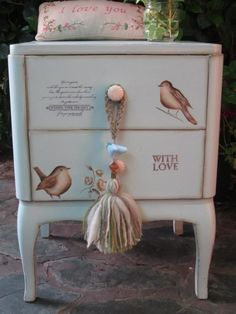 Ideas For Wooden Furniture Painted Dressers Decoupage Furniture, Chalk Paint Furniture, Funky Furniture, Recycled Furniture, Shabby Chic Furniture, Furniture Projects, Furniture Makeover, Vintage Furniture, Hand Painted Chairs