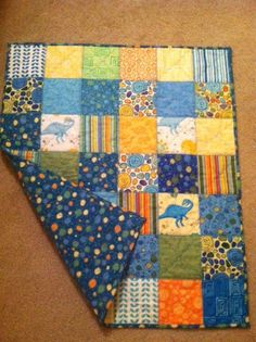 Dinosaur quilt for Gunnar February Baby, Nine Patch Quilt, Gift Crafts, Decorating Ideas, Craft Ideas, Baby Dinosaurs, Quilt Labels, Boy Quilts, Quilt Stitching