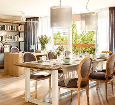 Comedor y despacho con mesa, librería, y escritorio en madera. Hacia el despacho