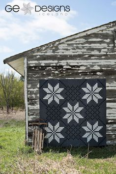 "Beautiful ""Nordic Visions"" quilt by Gudrun Erla from her book, Big Blocks Big Style. Also, holycrapiloveit Scandinavian Quilts, Scandinavian Design, Scandinavian Garden, Quilting Projects, Quilting Designs, Snowflake Quilt, Black And White Quilts, Two Color Quilts, Cute Quilts"