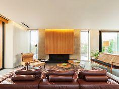 Living Moderno com Lareira de Madeira Vordoni Sinanioti Architects