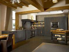 Schitterende houten keuken, uitgevoerd in antraciet. Afgewerkt met een groot fornuis met robuuste schouw maakt het een prachtig plaatje.