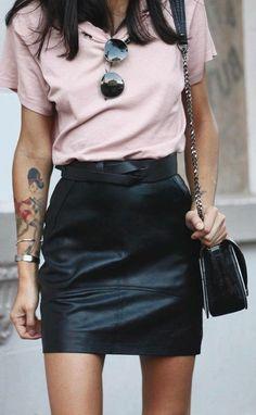 t shirt en rose pale avec jupe courte en cuir noir sac bandoulière en cuir sac channel