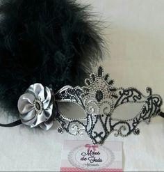 Máscara  estilo veneziano, customizada em strass, mini pérolas e plumas. Mãos  de Fada Artesanato  www.facebook. com/mfmuzambinho