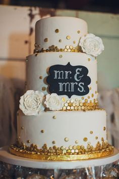 White Cake with gold dots; Mr & Mrs sign - no cake topper Metallic Wedding Colors, Metallic Cake, Metallic Wedding Cakes, Bling Wedding, Wedding Flowers, 2015 Wedding Trends, Wedding 2015, Chalkboard Cake, Chalkboard Wedding