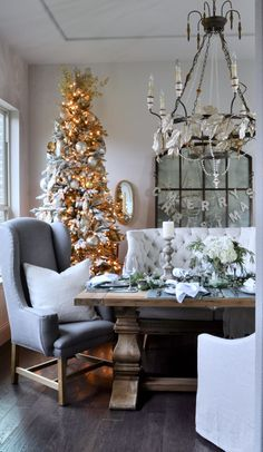 Good morning! Live on the blog, my Dining Room Tour and Christmas Table! Plus, I've linked up with my dear friend, Randi @randigarrett who is also sharing her dining room today! We will both be featuring beautiful @pompomathome linens. Hope you will check it out!  www.DECORGOLDDESIGNS.com or link through here ➡️ @decorgold Shop here ➡️ http://liketk.it/2pOvG  and on my site. @liketoknow.it #liketkit