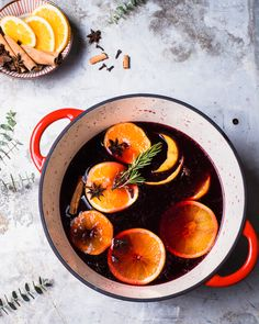 A delicious, easy mulled wine recipe that serves a crowd. It& festively spiced and loved by all, with brown sugar and citrus. Wine Cocktails, Cocktail Recipes, Light Recipes, Wine Recipes, Yummy Recipes, Spiced Wine, Fudge Sauce, Holiday Appetizers, Party Appetizers