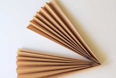 If you can fold paper, you can make these dried paper palm fronds from kraft paper! They're an easy way to DIY the dried palm trend. Diy Crafts To Do, Creative Crafts, Paint Chip Art, Paint Chips, Paper Gifts, Diy Paper, Dried Flower Arrangements, Ikebana Arrangements, Paper Flower Patterns