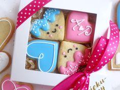 Uśmiechnięte ciastka :) zapakowane na prezent, personalizowane - świetne na podziękowania ślubne dla rodziców albo świadków :)  Do kupienia w sklepie internetowym Madame Allure.