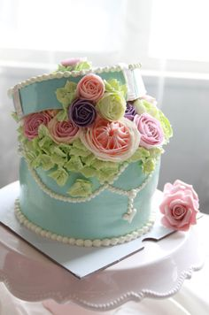 Have a look at these adorable hat box cake designs and get inspired by them. Beautiful Cake Designs, Gorgeous Cakes, Pretty Cakes, Amazing Cakes, Unique Cakes, Elegant Cakes, Creative Cakes, Fondant Cakes, Cupcake Cakes