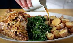 Um prato de forno ideal para um almoço de fim-de-semana, o borrego assado acompanha na perfeição com grelos de nabo. Para cozinhar lentamente.