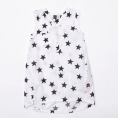 """Vestido para niña de Molo """"Cece PoplinStar blanco"""" con estampado de estrellas, bajo mas corto por delante, cuello de  pico con botones rosas."""