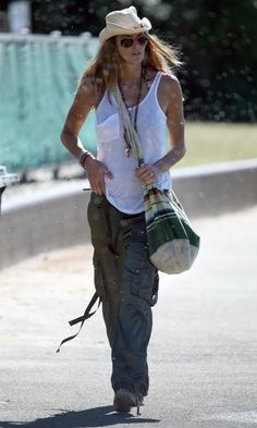 Google Image Result for http://img.purseforum.com/attachments/celebrity-forums/celebrity-style-threads/702493d1236466161-elle-macpherson-style-thread-elle-macpherson-takes-stroll-board-walk-bondi-rhr