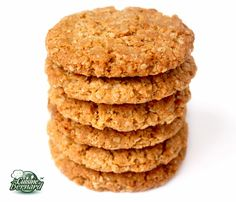 """Recette pour une douzaine de biscuits """"anzac"""":  -85g de sucre semoule -100g de flocons d'avoine -75g de noix de coco râpée séchée -100g de farine -65g de golden syrup -60g de beurre demi-sel -60g de beurre doux -1/4 de cuillerée à café de bicarbonate de sodium -15g d'eau   Préchauffez votre four à 180°C. Mettez le sucre semoule, le bicarbonate de sodium, la farine, la noix de coco séchée râpée et les flocons d'avoine dans un bol et mélangez-les.       Voici le Golden Syrup que vous pouvez…"""