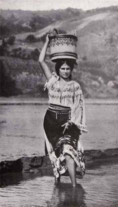 Taranca traversand vadul Prahovei, 1922 Traditional Art, Traditional Outfits, Folk Costume, Costumes, Romania People, Romanian Women, Vintage Gypsy, She Wolf, Old Photos