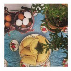 Come promesso ecco i miei sorrisi...panzerotti con uova, formaggio, pepe nero e menta.  Pasta frolla: - 500 gr. Farina - 200 Olio d'oliva extra vergine - un pizzico di sale - Acqua bollente q.b.   Ripieno: - 4…