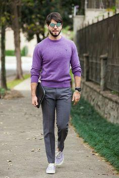 Inspiração de look masculino nas cores cinza e roxo.