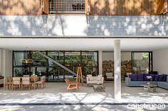 Quem conhece a geografia da cidade sabe: a localização desta casa, a meio caminho do Centro e da Barra da Tijuca, é estratégica. Bastou vencer o terreno inclinado para ganhar acesso ao lazer e à paisagem, incrível