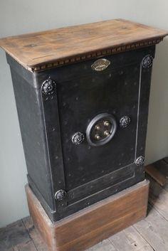 ancien coffre fort maison vallet vers 1900 fermeture trois points belle patine bronze bois. Black Bedroom Furniture Sets. Home Design Ideas